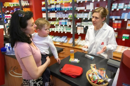 Mutter mit Kind in der Apotheke